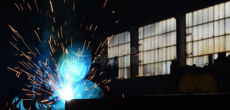 Trabajo de los soldadores en la fábrica imagen de archivo libre de regalías