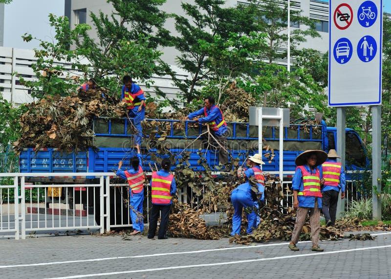 Trabajo de los trabajadores del saneamiento imagen de archivo libre de regalías