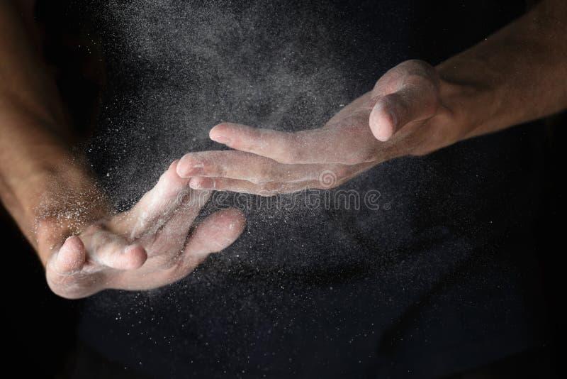 Trabajo de manos adulto del hombre con la harina fotos de archivo