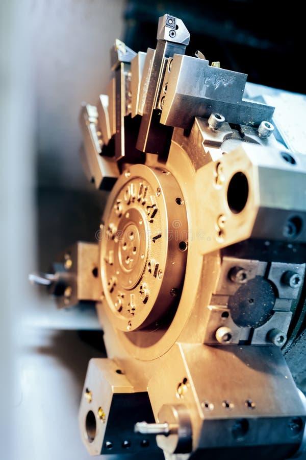 Trabajo de torneado de la máquina del torno del CNC con el metal fotografía de archivo libre de regalías