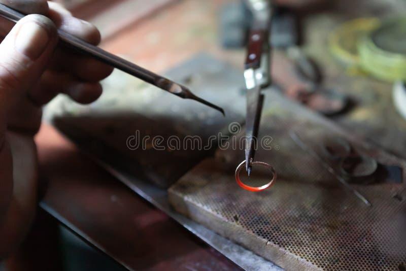 Trabajo del amo, joyero Taller de reparaciones de la joyería Fabricación de la joyería imagen de archivo libre de regalías