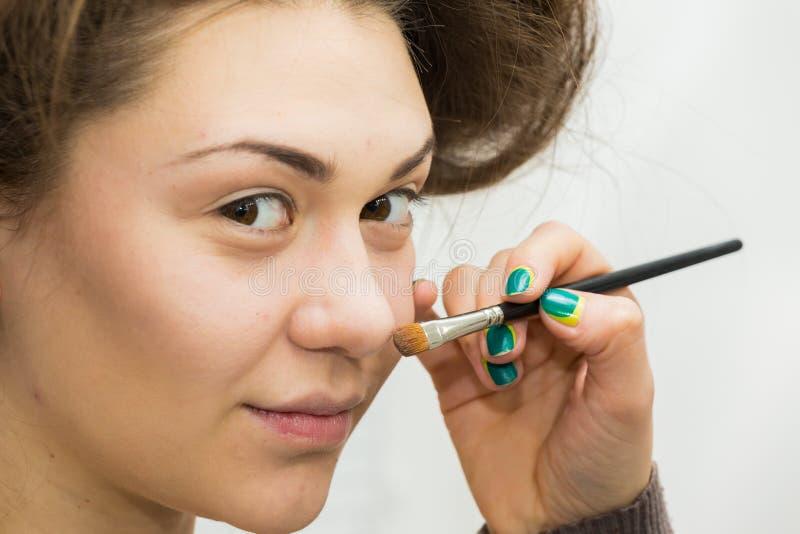 Trabajo del artista de maquillaje imagen de archivo
