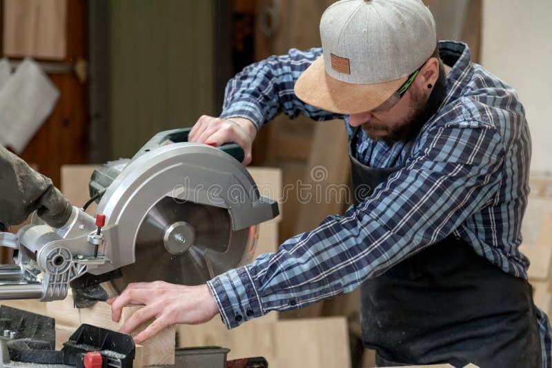 Trabajo del carpintero con de madera fotos de archivo libres de regalías