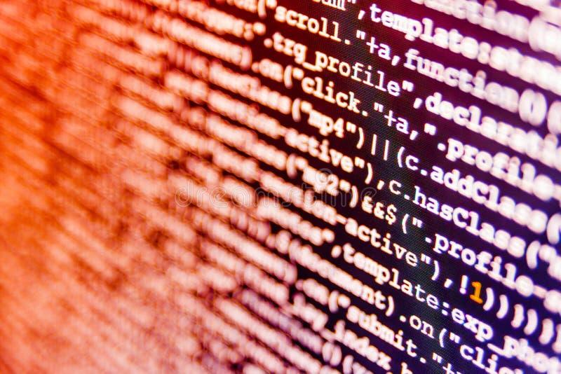 Trabajo del empleo del programador Concepto de hardware de la red de datos Códigos del sitio web en el monitor de computadora foto de archivo libre de regalías