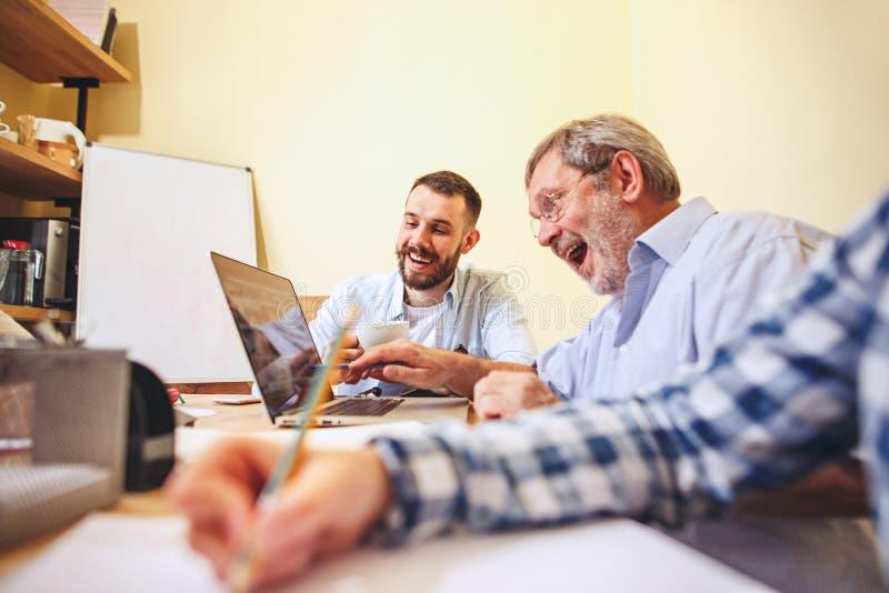 Trabajo del equipo Businessmans jovenes de la foto que trabajan con nuevo proyecto en oficina imagenes de archivo
