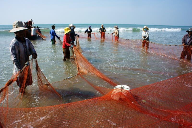 Trabajo del equipo del pescador en la playa fotografía de archivo