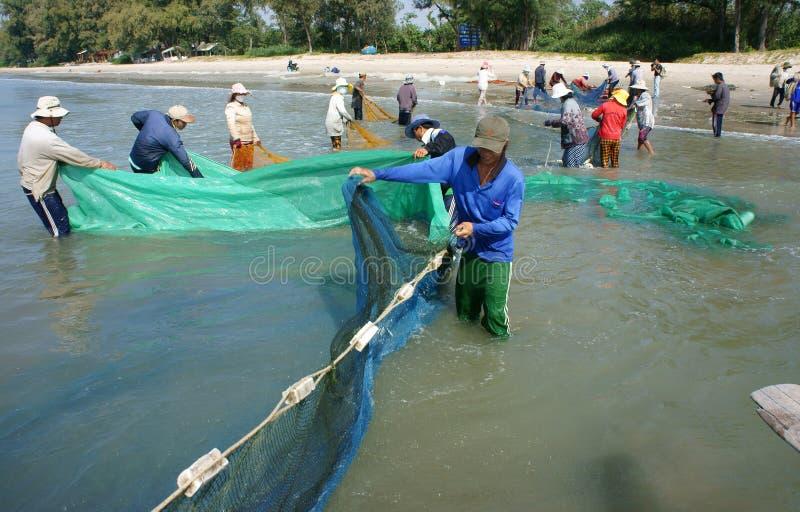 Trabajo del equipo del pescador en la playa fotos de archivo libres de regalías