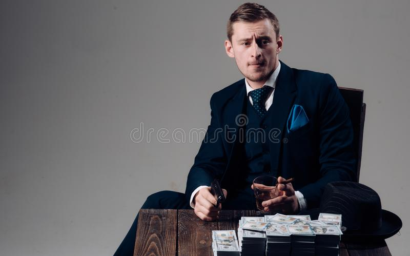 Trabajo del hombre de negocios en oficina del contable Hombre en traje mafia Fabricación del dinero Economía y finanzas Contable  fotografía de archivo