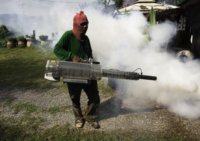 Trabajo del hombre que se empaña para eliminar el mosquito para prevenir la guarida separada fotografía de archivo