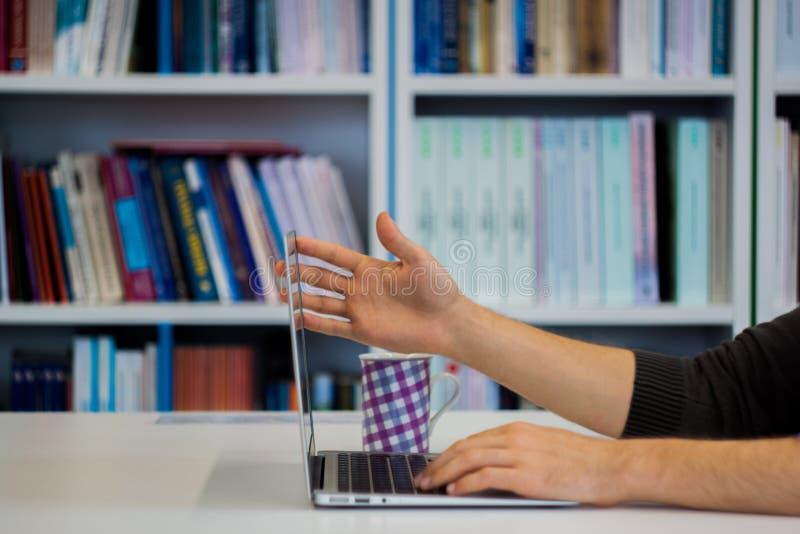 Trabajo del individuo o del hombre o del estudiante o del hombre de negocios sobre un ordenador portátil i imagenes de archivo