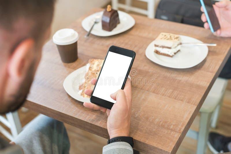 Trabajo del individuo sobre el teléfono elegante moderno con la pantalla aislada para la maqueta fotografía de archivo libre de regalías