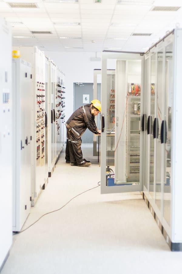 Trabajo del ingeniero del mantenimiento dos sobre el sistema de protección de la retransmisión imágenes de archivo libres de regalías