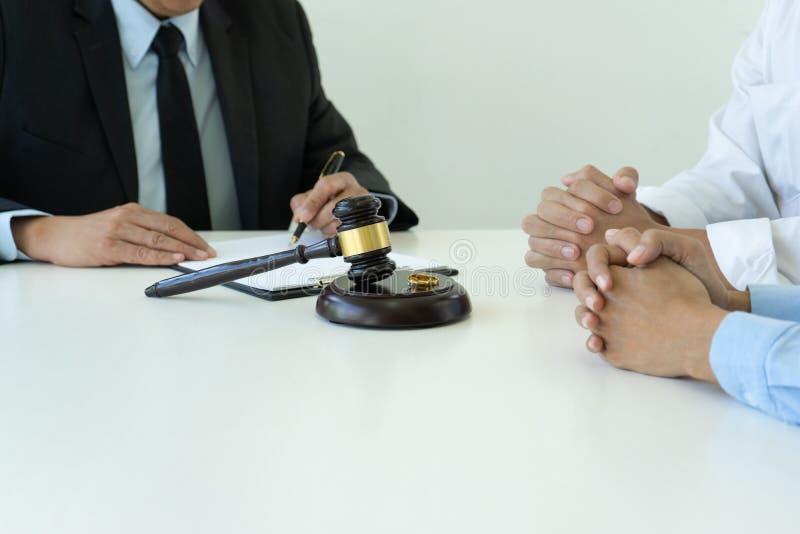 Trabajo del juez en la conversaci?n de sobremesa con el marido de la esposa fotos de archivo libres de regalías