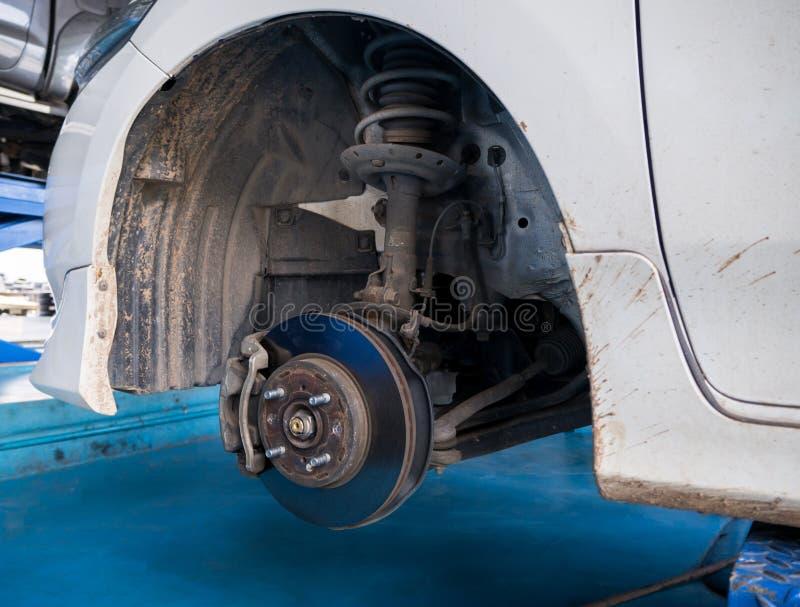 Trabajo del mantenimiento del freno y del calibrador de disco de la rueda delantera fotos de archivo