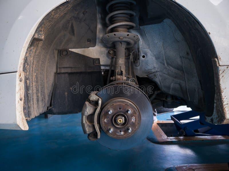 Trabajo del mantenimiento del freno y del calibrador de disco de la rueda delantera imagen de archivo