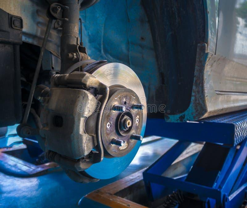 Trabajo del mantenimiento del freno y del calibrador de disco de la rueda delantera imágenes de archivo libres de regalías