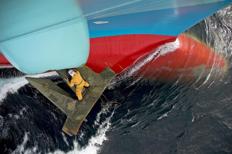 Trabajo del marinero sobre el ancla   foto de archivo libre de regalías