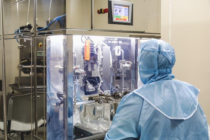 Trabajo del operador sobre industria farmacéutica de la infusión fotos de archivo