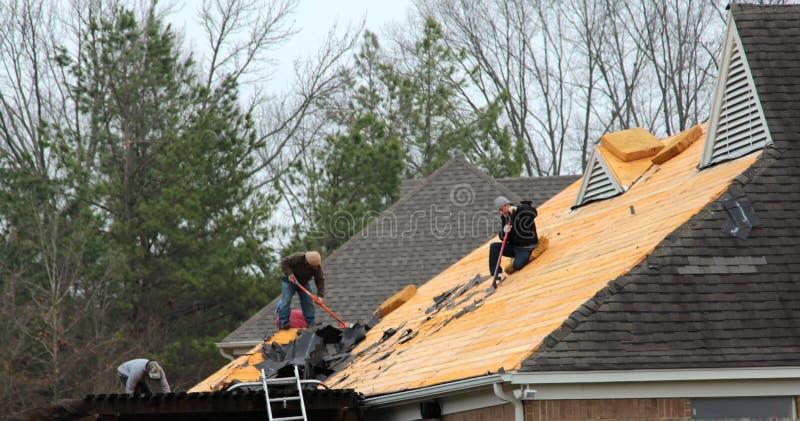 Trabajo del tejado de la mañana imagen de archivo libre de regalías