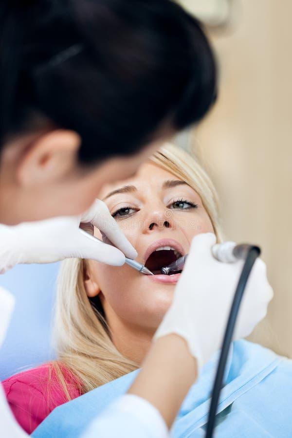 Trabajo dental sobre adolescente - polaco de los dientes imagenes de archivo