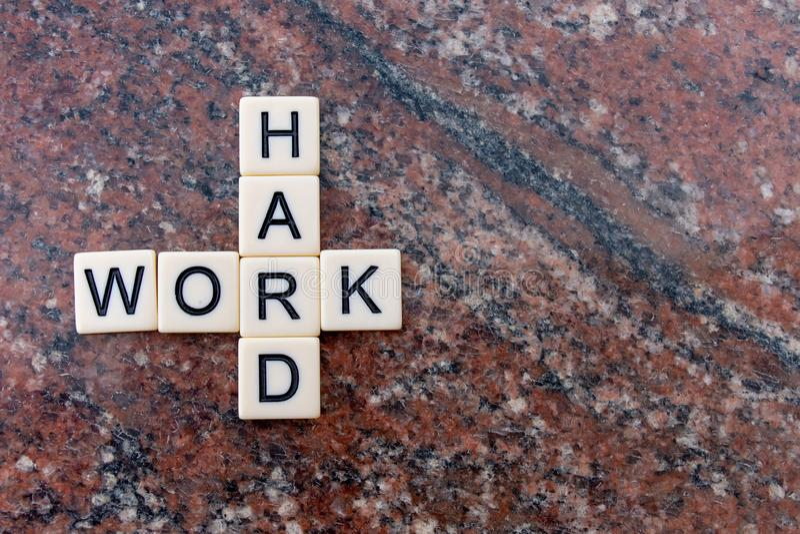 Trabajo duro Trabajo difícilmente En negocio, la gente de la educación y de la vida necesita elegir trabajar difícilmente y apren imagen de archivo