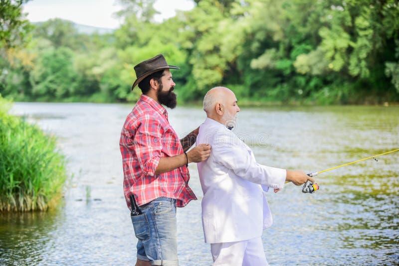 Trabajo duro el pescador maduro del hombre celebra el retiro hombre de negocios jubilado Amistad masculina Dos pescadores con la  fotos de archivo libres de regalías