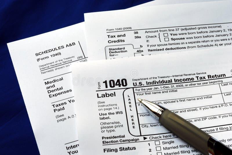 Trabajo en el impuesto sobre la renta de Estados Unidos 1040 imágenes de archivo libres de regalías