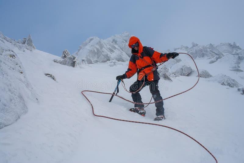 Trabajo en equipo en alpinismo mountaineering Atraviese de la montaña imagen de archivo