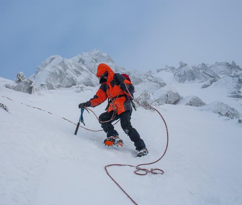 Trabajo en equipo en alpinismo mountaineering Atraviese de la montaña imagenes de archivo