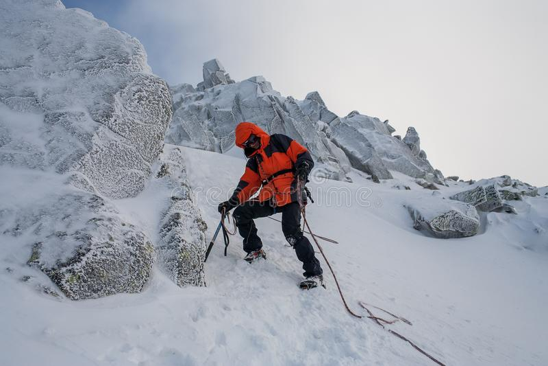 Trabajo en equipo en alpinismo mountaineering Atraviese de la montaña foto de archivo libre de regalías