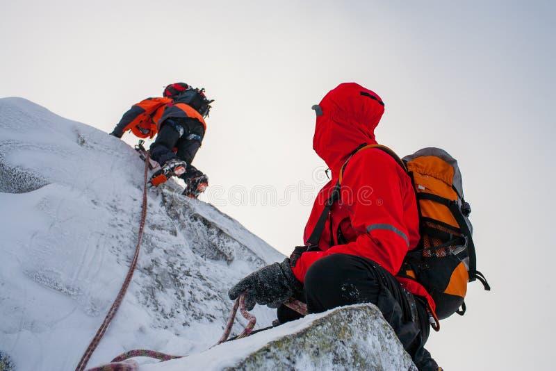 Trabajo en equipo en alpinismo mountaineering Atraviese de la montaña fotos de archivo libres de regalías