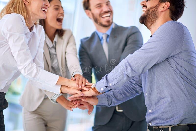 Trabajo en equipo - con éxito reunión de negocios imagen de archivo