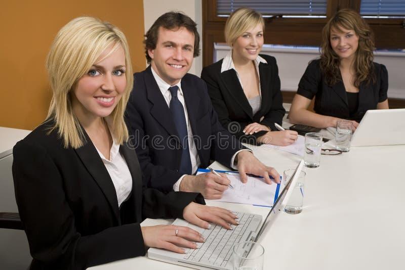 Trabajo en equipo de la sala de reunión imagen de archivo libre de regalías