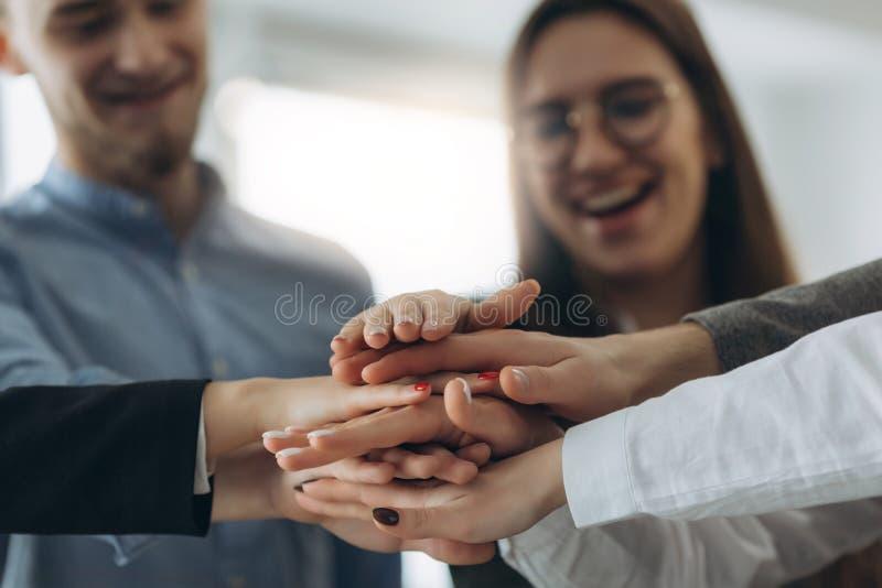 Trabajo en equipo de la sociedad de las manos de la gente junto imagen de archivo