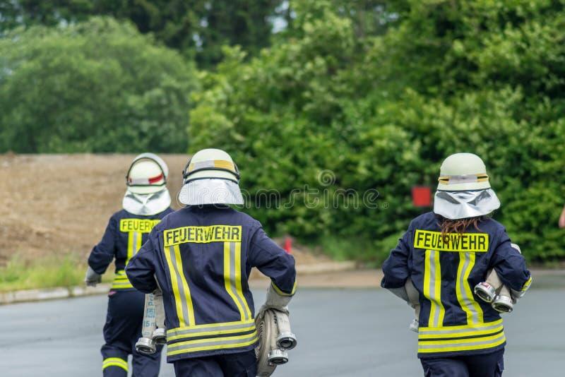 Trabajo en equipo de los bomberos en Alemania fotografía de archivo