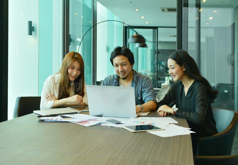Trabajo en equipo de los hombres de negocios asiáticos que trabajan en sala de reunión imagen de archivo
