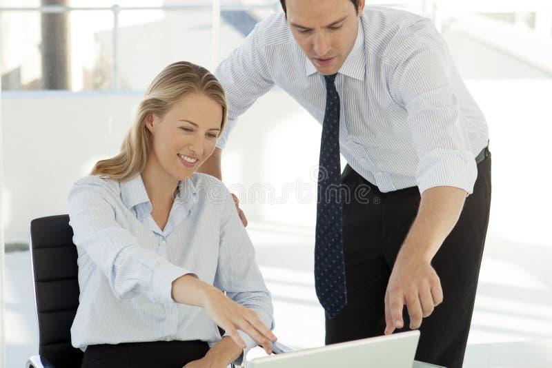 Trabajo en equipo del negocio corporativo - hombre de negocios que trabaja con la mujer en el ordenador imagen de archivo libre de regalías