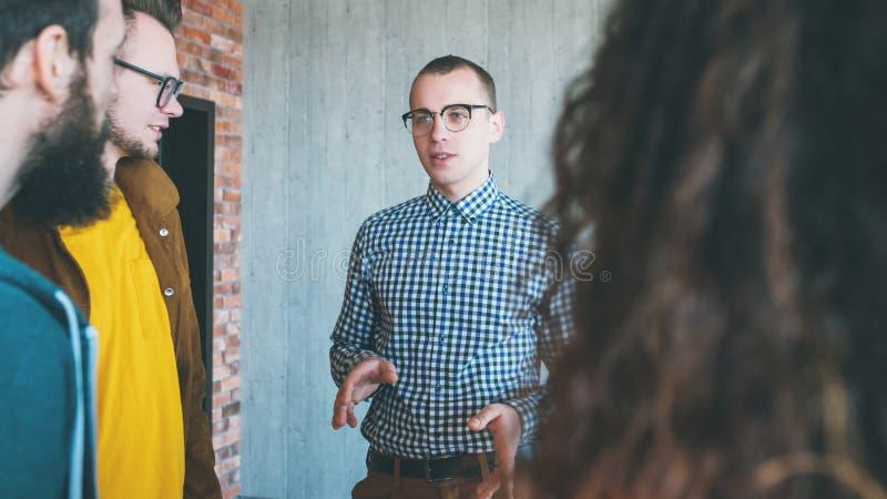 Trabajo en equipo eficaz del líder empresarial de Millennials imagenes de archivo