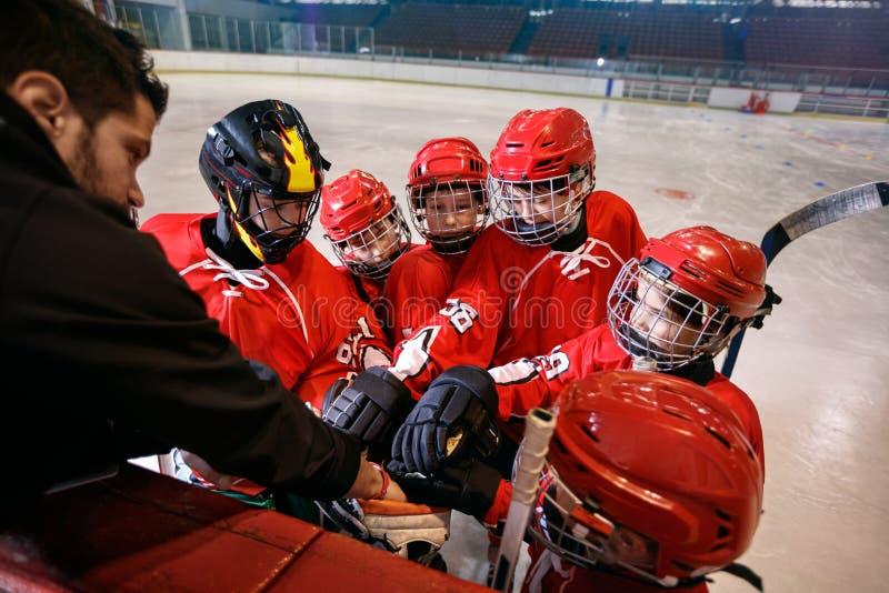Trabajo en equipo fuerte del equipo de hockey para el triunfo imágenes de archivo libres de regalías