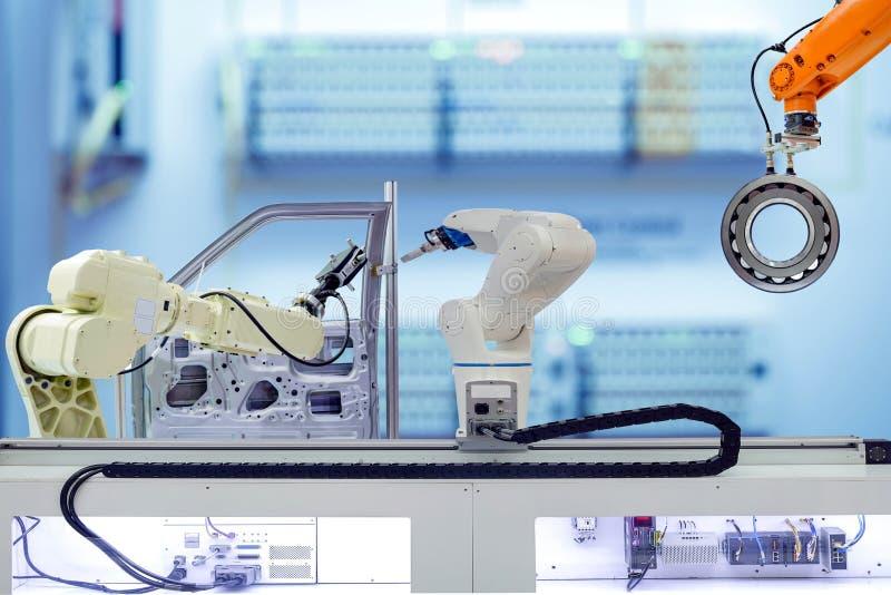 Trabajo en equipo industrial de la robótica que trabaja con las piezas de las piezas de automóvil en fábrica elegante