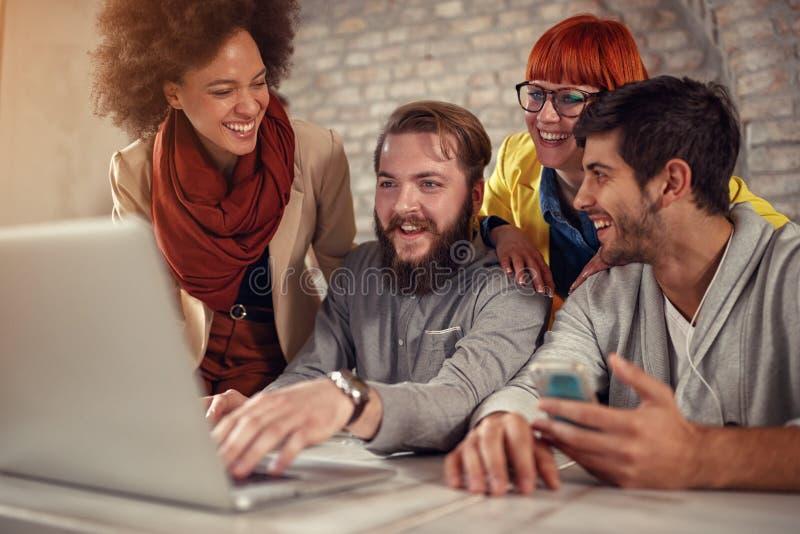 Trabajo en equipo - trabajo sonriente de los diseñadores web imagenes de archivo