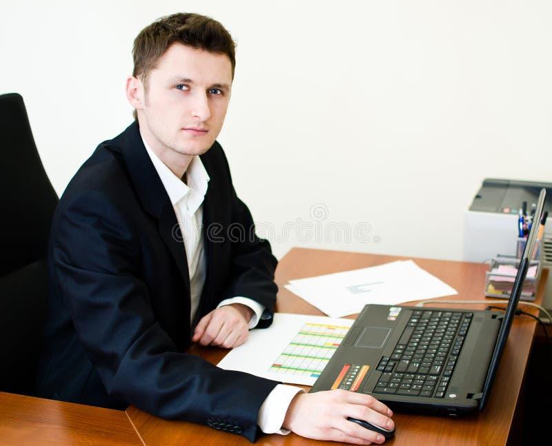 Trabajo en la computadora portátil imágenes de archivo libres de regalías