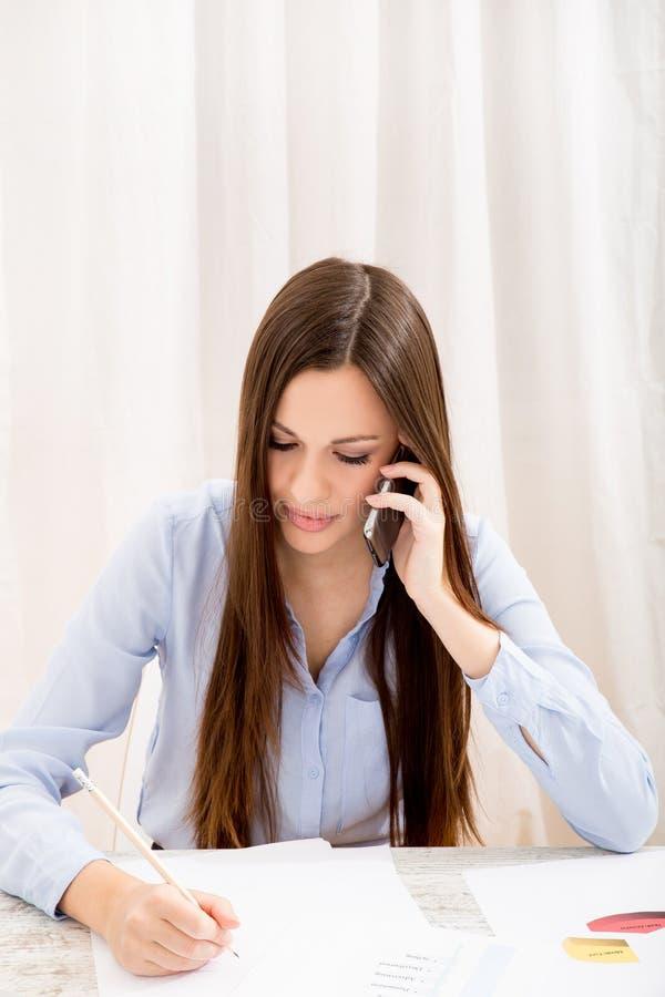 Trabajo en la oficina y el hablar por el tel fono imagen for Telefono de la oficina