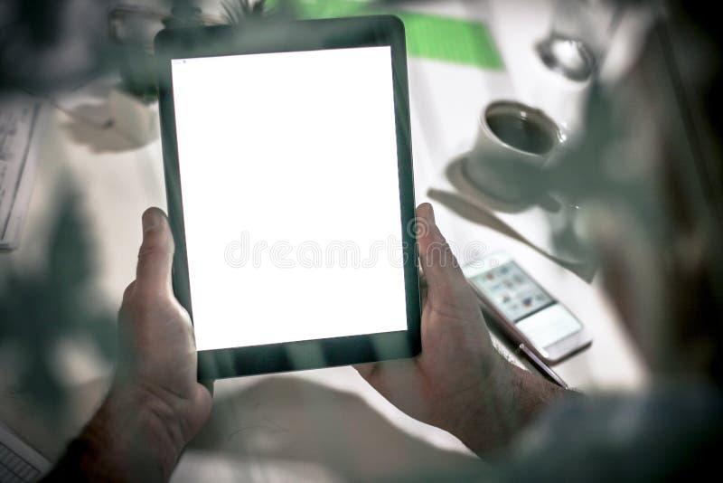 Trabajo en la tablilla digital Cierre para arriba fotografía de archivo libre de regalías