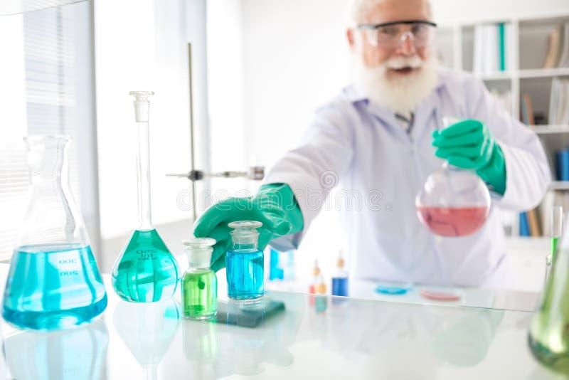 Trabajo en laboratorio químico foto de archivo libre de regalías