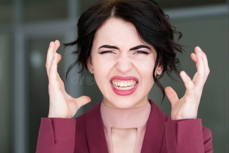 Trabajo excesivo principal de estallido de la mujer de la tensión de la cara de la emoción imágenes de archivo libres de regalías