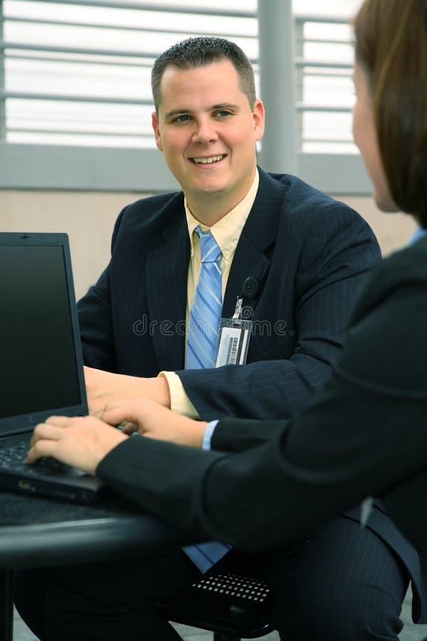 Trabajo feliz del hombre de negocios al aire libre foto de archivo