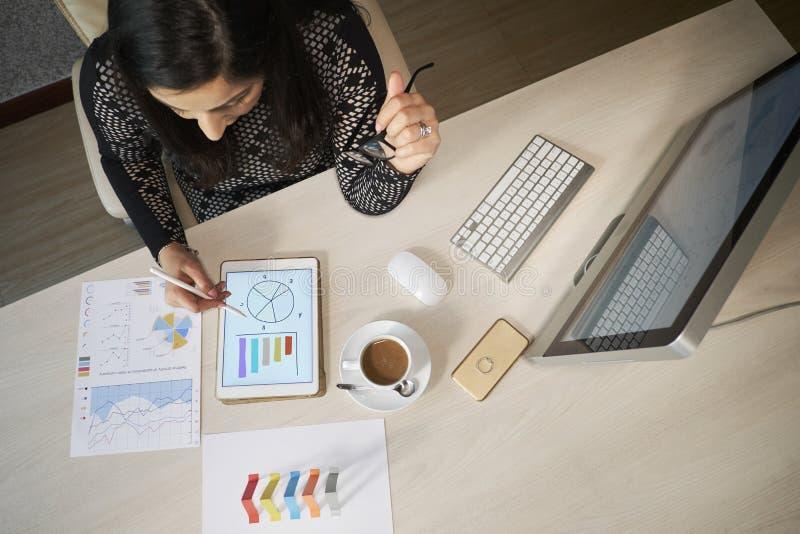 Trabajo financiero femenino del encargado imagen de archivo