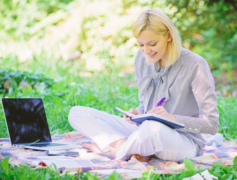 Trabajo independiente de la señora del negocio al aire libre Freelancer acertado convertido Concepto independiente de la carrera  imagenes de archivo