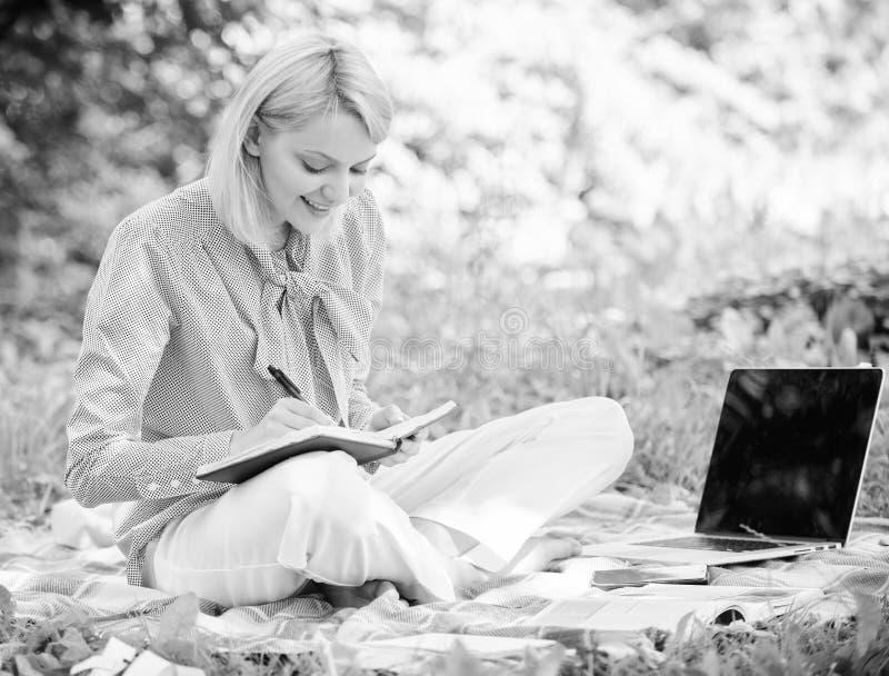 Trabajo independiente de la se?ora del negocio al aire libre Freelancer acertado convertido Concepto independiente de la carrera  imagen de archivo